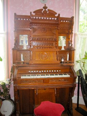 Penrose Victorian Inn: Beautiful instrument