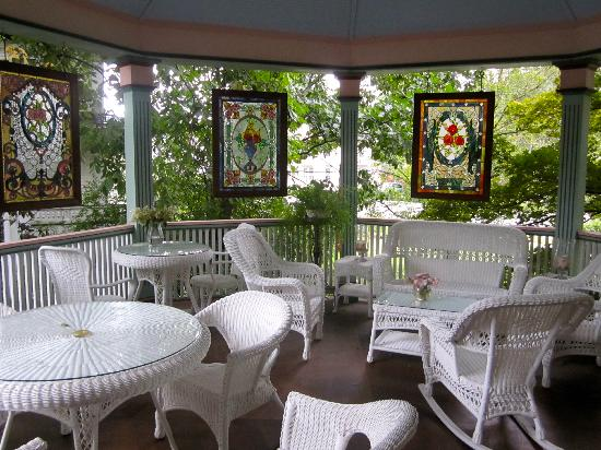Penrose Victorian Inn: The lovely verandah