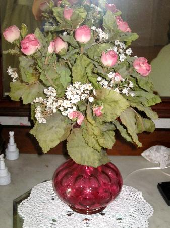 Penrose Victorian Inn: roses in cranberry glass