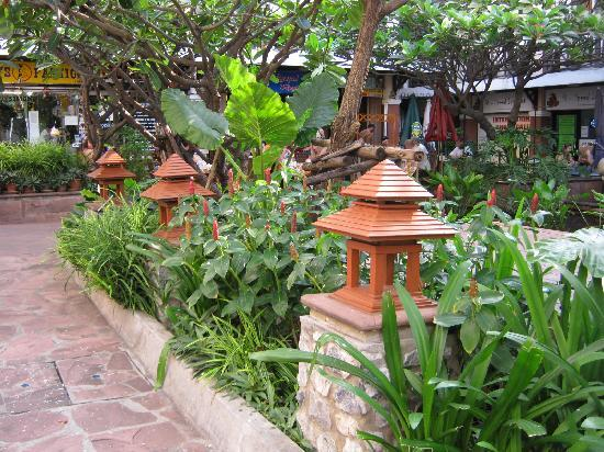 โรงแรมรามบุตรี วิลเลจ: Rambuttri Square around Koi Pond