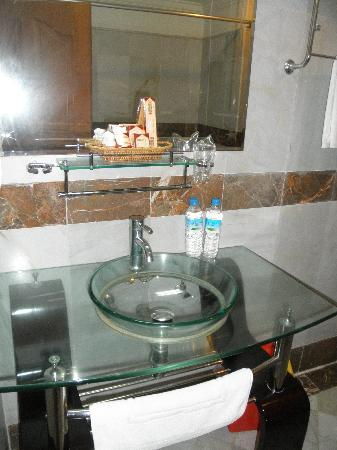 Hotel Mandalay: bathroom, sink, glass table