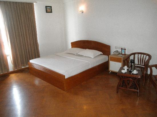 Hotel Mandalay: a BIG room and a real KING-size bed