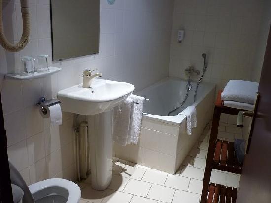 Bristol Hotel: バスルーム反射防止でフラッシュなし撮影したので暗く見えますが、実際は明るいです
