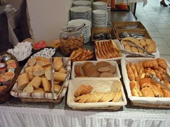 Bristol Hotel: 朝食パンのコーナー。コーヒー・紅茶はポットで持ってきてもらう