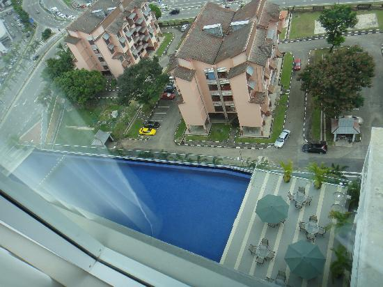 The Zenith Hotel, Kuantan: Room view to the pool