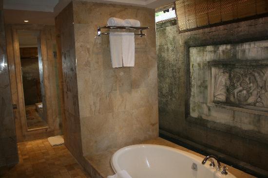 Sekar Nusa Villas: Bathroom