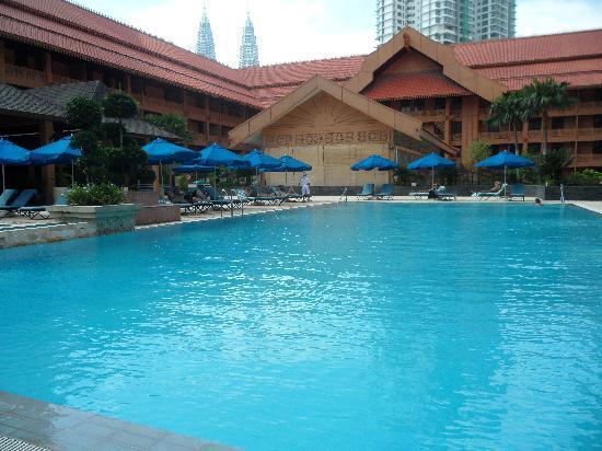 โรงแรมเดอะรอยัล ชูลัน กัวลาลัมเปอร์: pool deck