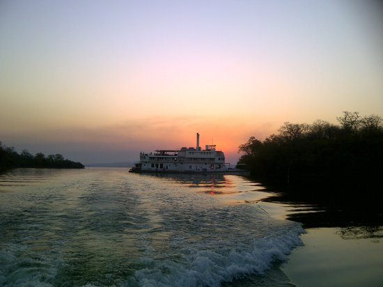 Kariba, ซิมบับเว: The African sun setting behind the ship