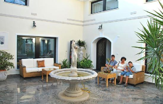 Aparthotel Vila Minka: The atrium