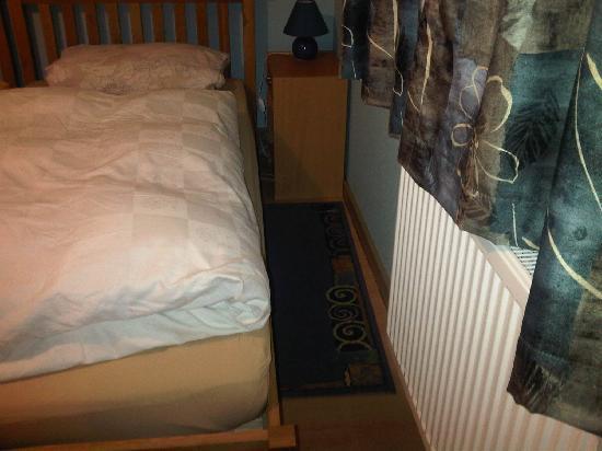 Pension An der Aue: schmaler Durchgang zum Bett (28cm)