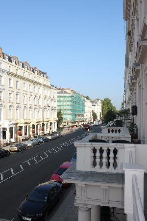 Melbourne House Hotel: Street+balcony
