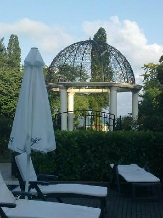 Grand Hotel & SPA Primoretz: The pool and the garden