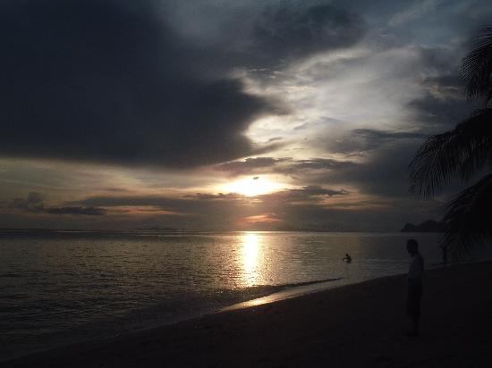 Phangan Villa Beach Bungalow: 部屋を数歩歩くと、こんなに美しいビーチが広がっています。(写真は Beautiful Sunset )