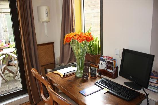 Suite 259: Schreibtisch mit PC und Internet