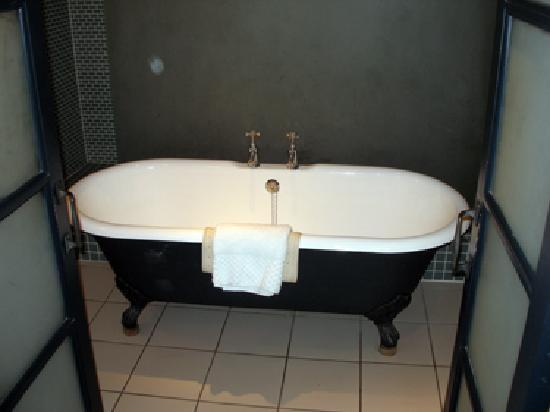 Hotel du Vin & Bistro: The HdV signature bath (there is a shower as well)