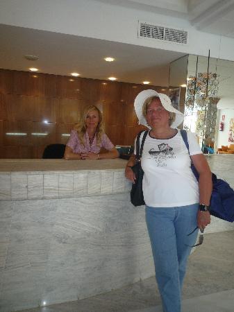 Hotel JS Alcudi-Mar: Tolle Freundinnen an der Rezeption