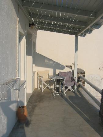 Oia Suites: terrazza semplice..non come in booking