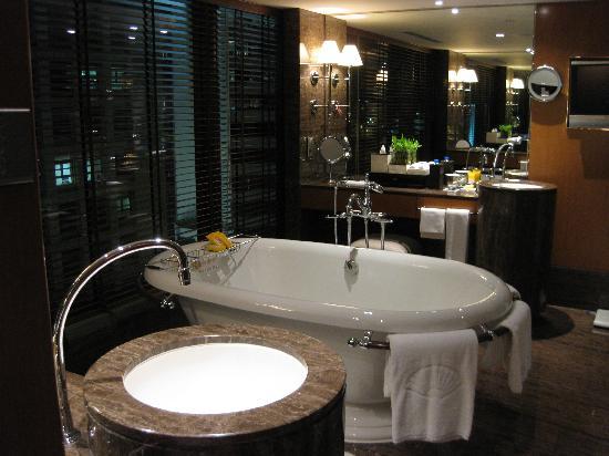 Mandarin Oriental, Hong Kong: ゆったりと疲れを癒すバスルーム