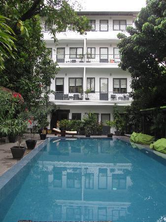 โรงแรมเดอะ 252: l'albergo visto dall'ingresso