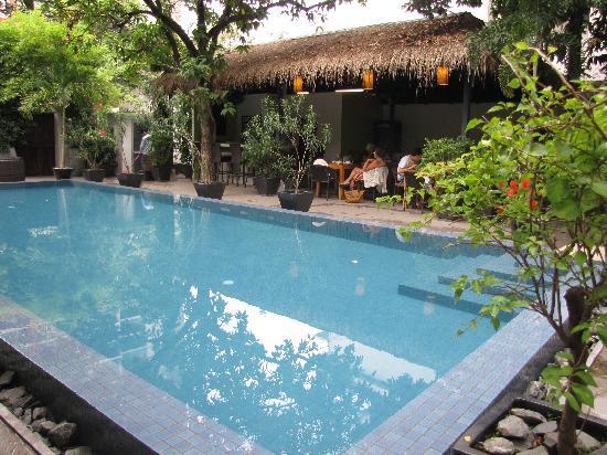 โรงแรมเดอะ 252: la piscina e il ristorante