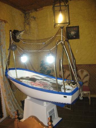 Restaurante Ramos : Barca con el pescado muy fresco.