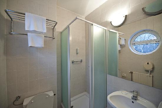 Lido Hotel Budapest: bathroom with shower