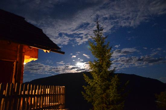 Das Almdorf - World Peace Eco Resort: At night