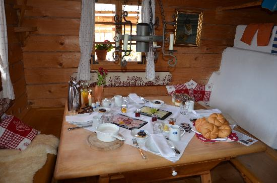 Das Almdorf - World Peace Eco Resort: Breakfast is served...