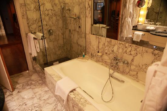Four Seasons Hotel Milano: Bathroom
