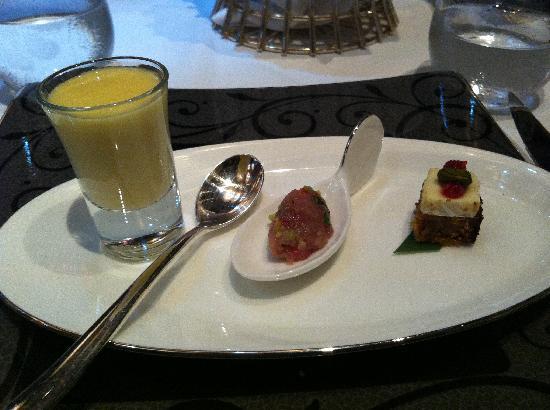แมนดารินโอเรียนเต็ล มาเก๊า: レストランの前菜。レンゲの上に乗ったマグロのたたきが美味しい!