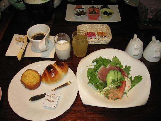 Taketoritei Maruyama: 朝食は和食、洋食が選べます(洋食の一部、パンはおかわり可)