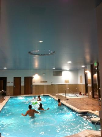 SpringHill Suites Wenatchee: circle waterfall in pool!