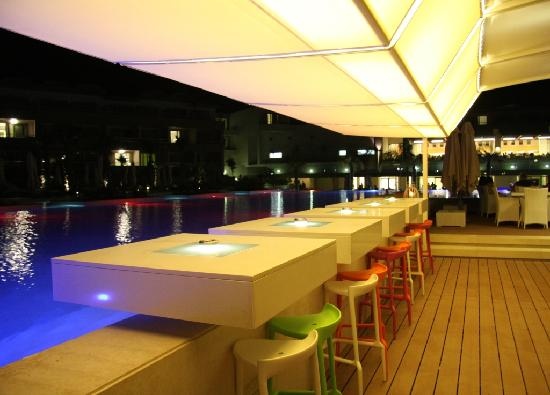 Avra Imperial Hotel: bar piscine