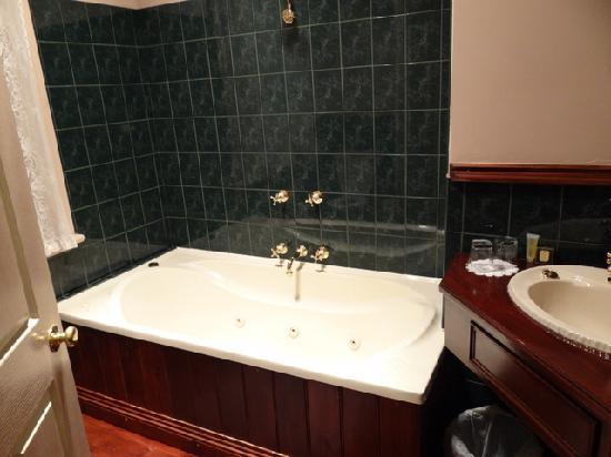 Lucinda B&B: bath