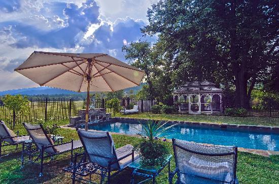 Glen Gordon Manor: Pool Area