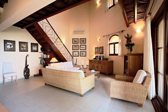 Les Alizes Beach Resort: Suite living room