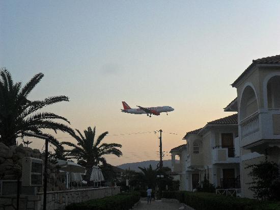 Marelen Hotel: Plane comin in to land