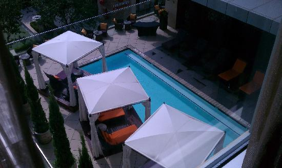 Hotel Sorella CITYCENTRE: pool area nest to bar