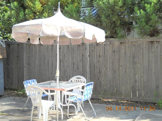 Printz Motel : Sitting area/ Table with umbrella