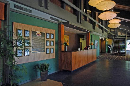 BEST WESTERN PLUS Hood River Inn: Our inviting lobby features cool slate floors and natural colors.