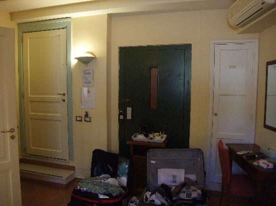 Hotel Mediterraneo: Lift Door in the room!