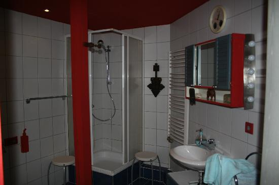 Artisthotel: a well equipped bathroom