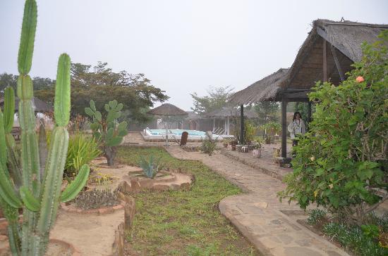 Les Toiles de l'Isalo: vue sur le jardin et la piscine