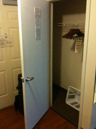 Candlewood Suites - Oklahoma City: Closet