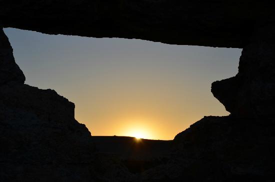 Les Toiles de l'Isalo: coucher de soleil au travers de la fenêtre de l'Isalo