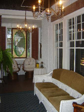 Talwood Manor B&B: Relax on our Screened Front Verandha