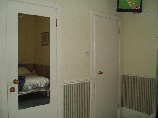 Ardmillan Hotel: Plenty Mirrors