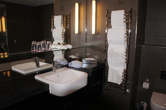 Adina Apartment Hotel Berlin Hackescher Markt: baño