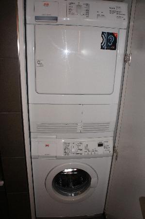Adina Apartment Hotel Berlin Hackescher Markt: lavadora/secadora