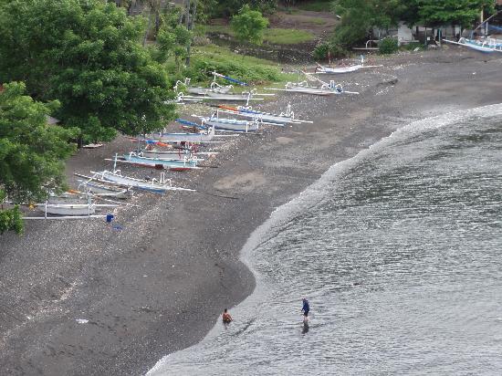 Baliku Dive Resort: Fishing boats in the black beach